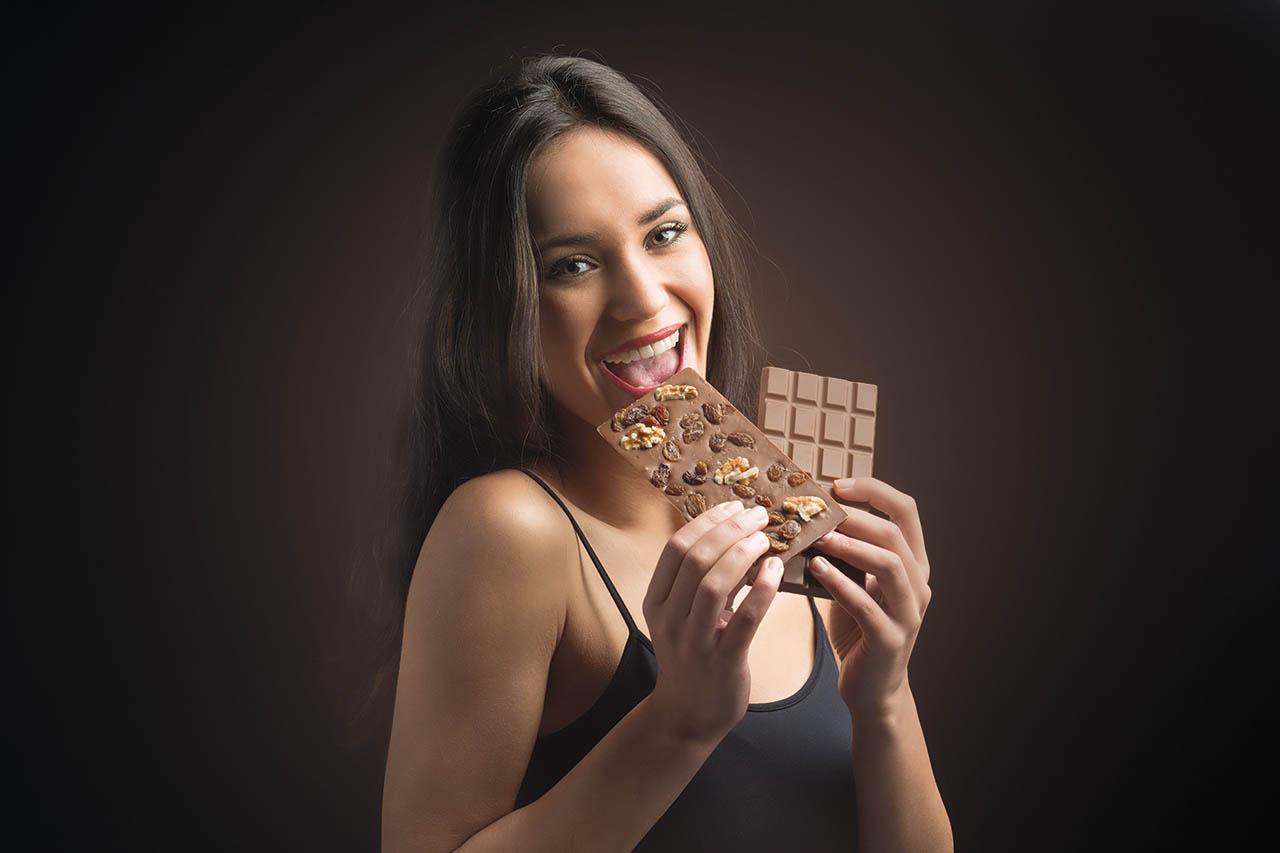 Verrukkelijke rijk gevulde chocoladerepen in puur, melk en wit